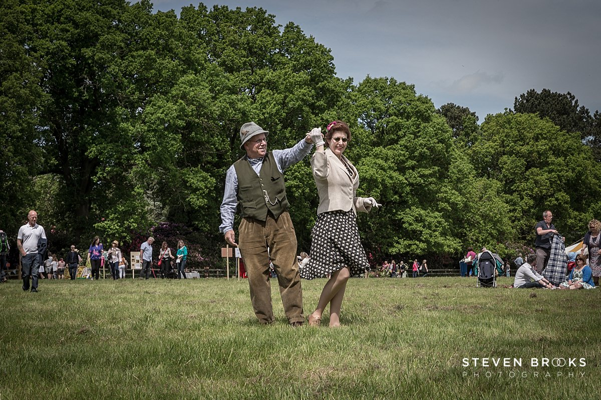 Norfolk photographer steven brooks photographs couples dancing in vintage clothes to jiving style music at Britain Does Vintage in Noirfolk